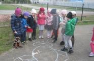 2016-04-07 - Mrówki, Motylki - Dzień Zdrowia - Podchody w ogrodzie przedszkolnym
