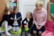 2017-11-10 - Żabki - Mama Gabrysi i Absolwentki czytają bajki