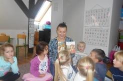 2019-10-08 - Sowy - Mama Wiktorii i Julki czyta bajkę