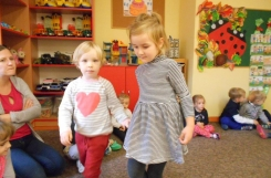 2019-10-11 - Biedronki, Żabki - Biedronki uczą młodsze Żabki zabaw
