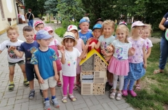2021-07-27 - Motylki - Serdeczne podziękowania dla Rodziców Oli Lorenc za skonstruowanie ula do wystroju sali w naszej nowej grupie Pszczółki.
